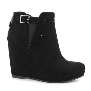 Daisy Fuentes black wedges suede booties